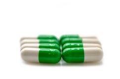 Medische die capsules op wit worden geïsoleerd stock afbeeldingen