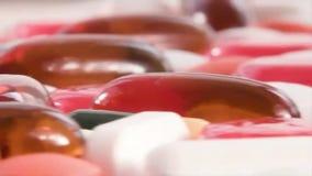 Medische die pillen op roterende lijst worden geplaatst stock videobeelden