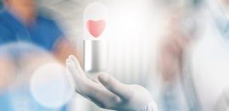 Medische hand met handschoenhart binnen capsulepil royalty-vrije illustratie