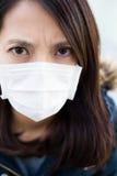 Medische het masker dichte omhooggaand van de vrouwenslijtage Stock Afbeelding