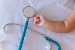 medische instrumentenstethoscoop ter beschikking van pasgeboren babymeisje Stock Foto