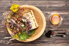 Medische kruiden en bloemen en aftreksel Stock Foto's
