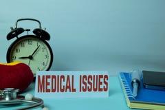 Medische Kwesties die op Achtergrond van Werkende Lijst met Bureaulevering plannen stock afbeelding