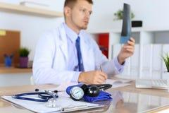 Medische manometer die op de close-up van de cardiogramgrafiek liggen stock afbeeldingen