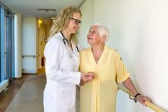 Medische Medewerker Bijwonende Bejaarden in het Ziekenhuis stock foto