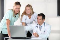 Medische mensen voor laptop computer Stock Afbeeldingen