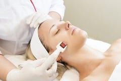 Medische micro- naaldtherapie met een moderne medische rol van instrumentenderma royalty-vrije stock fotografie