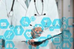 Medische netwerkverbinding op het virtuele aanrakingsscherm en Docto stock afbeeldingen