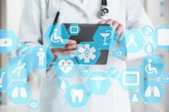 Medische netwerkverbinding op het virtuele aanrakingsscherm en Docto stock afbeelding