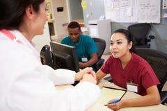 Medische Personeelsvergadering bij Verpleegsterspost Stock Foto