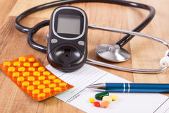 Medische pillen, tabletten of supplementen met voorschrift, glucometer en stethoscoop, diabetes, gezondheidszorgconcept Royalty-vrije Stock Fotografie