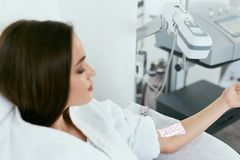 Medische procedure De Aders van het vrouwenaftasten met Adervinder royalty-vrije stock fotografie