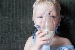 Medische procedures inhaleertoestel Het Kaukasische blonde inhaleert paren die medicijn bevatten ophouden hoestend Het concept hu Stock Foto