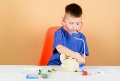 Medische procedures voor teddybeer Medisch onderwijs Jongens leuke kind toekomstige artsencarri?re Vertragingen en wapens E royalty-vrije stock foto
