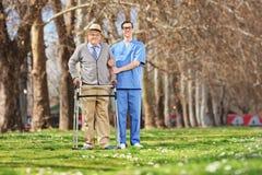 Medische professioneel en het hogere stellen in park Royalty-vrije Stock Fotografie