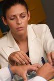 Medische secretaresse en arts die samenwerken Royalty-vrije Stock Afbeelding