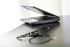 Medische stethoscoop en laptop op de lijst. royalty-vrije stock foto's