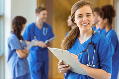 Medische student die bij de camera glimlachen stock fotografie
