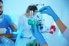 Medische student die in modern wetenschappelijk laboratorium werken, stock fotografie