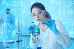 Medische student die in modern wetenschappelijk laboratorium werken, stock foto's