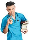 Medische student met boeken Royalty-vrije Stock Afbeeldingen