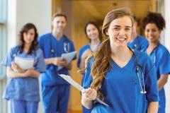 Medische studenten die bij de camera glimlachen stock fotografie