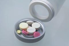Medische tabletten en andere medicijnvoorwerpen Stock Foto's
