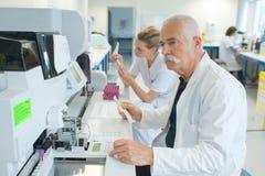 Medische technoloog in laboratorium stock afbeelding