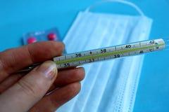 Medische thermometer om de temperatuur van een persoon te bepalen royalty-vrije stock afbeeldingen