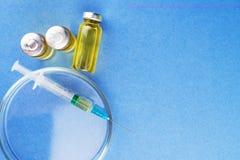 Medische uitrustingen, het smeren, drugs in glascontainers en plastiek stock afbeelding