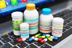 Medische uitrustingen op laptop toetsenbord Stock Afbeeldingen