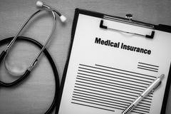 Medische verzekeringsvorm met stethoscoop op houten backg royalty-vrije stock afbeeldingen