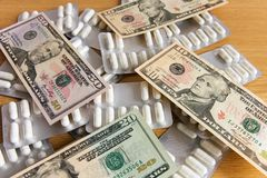 medische voorbereidingen en dollars Stock Fotografie