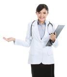 Medische vrouwelijke arts die exemplaarruimte voorstelt Royalty-vrije Stock Foto's