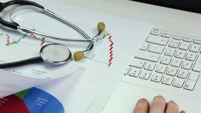 Medische wetenschapper die onderzoek leiden, vergelijkend diagrammen, die aan laptop werken stock video