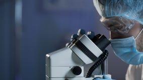 Medische wetenschapper die onderzoek van bloedmonster voor hematologic ziekten leiden royalty-vrije stock afbeelding