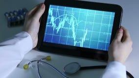 Medische wetenschapper die videopresentatie van geleid onderzoek naar tabletpc bestuderen stock video
