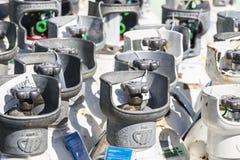 Medische zuurstofflessen klaar te vervoeren stock afbeeldingen