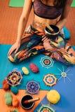 Meditação com a mandala de confecção de malhas na classe imagens de stock