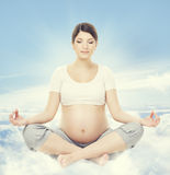 Meditação da ioga da mulher gravida A saúde da gravidez relaxa o exercício Foto de Stock Royalty Free