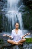 Meditação da ioga perto da cachoeira Foto de Stock Royalty Free