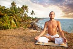 Meditação da ioga perto do oceano imagens de stock royalty free