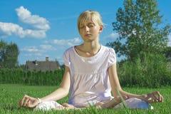 Meditação da menina do adolescente Fotografia de Stock Royalty Free