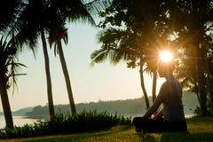 Meditação do nascer do sol imagem de stock royalty free