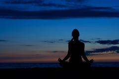Meditação do por do sol. Imagens de Stock Royalty Free