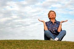 Meditação/elogio sênior Fotografia de Stock Royalty Free