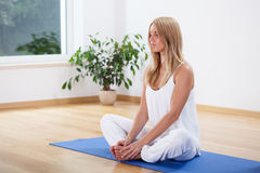 Meditação em casa foto de stock