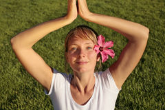 Meditação em um gramado Fotos de Stock