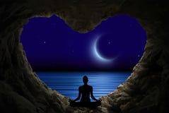 Meditação em uma caverna que olha o céu da meia-noite com estrelas e a lua nova, reflexão clara no papel de parede da água ilustração stock