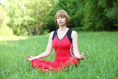 Meditação exterior da jovem mulher Fotografia de Stock Royalty Free